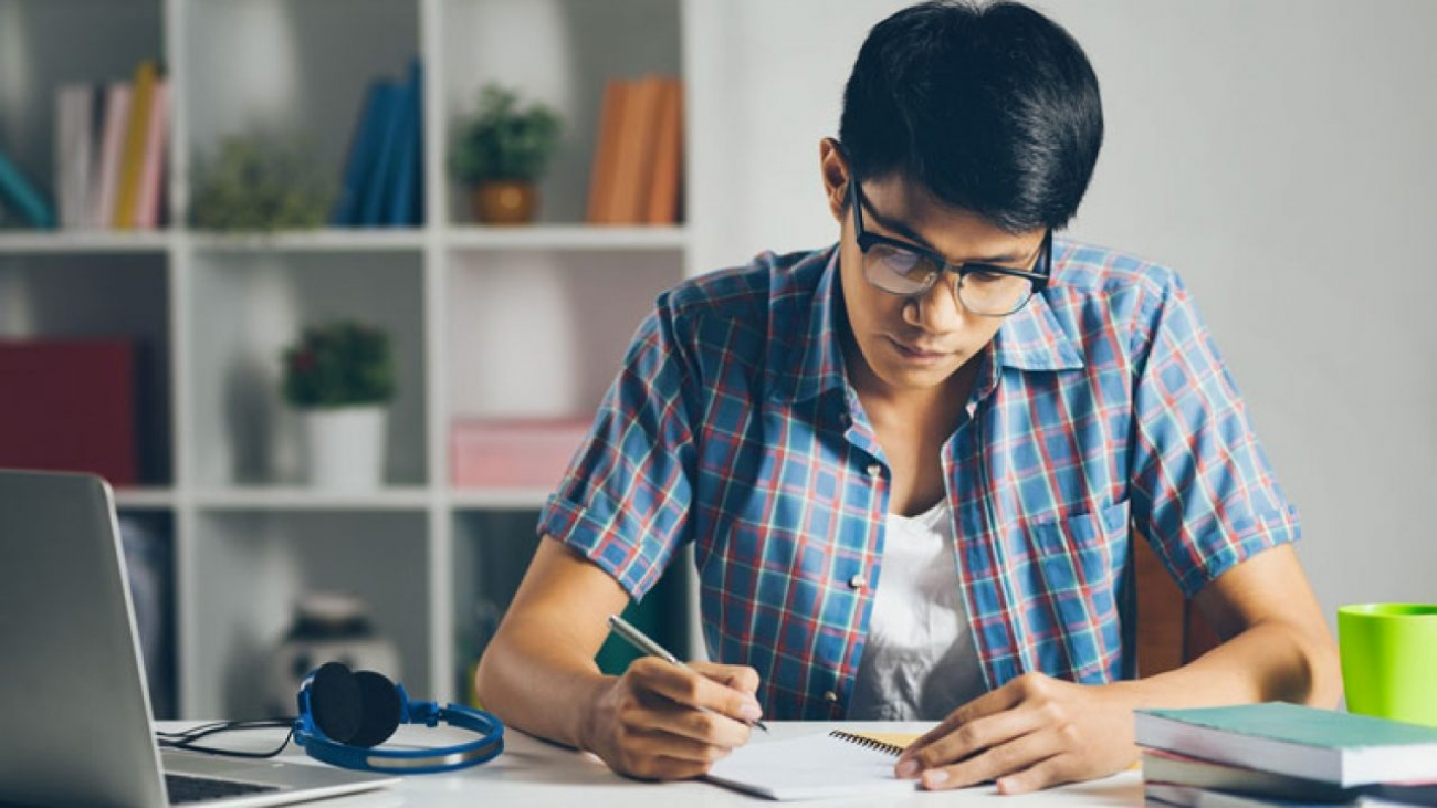 estudiar-online-en-casa-para-universitarios-1280x720-1
